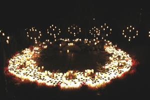 Ljus. Många ljus hade tänts vid minneslunden på kyrkogården i Västanfors i går.
