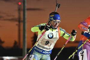Anna Magnusson på första sträckan i söndagens världscupentävling i skidskytte mixad stafett 2x6km+2x7,5km på skidstadion i Östersund.