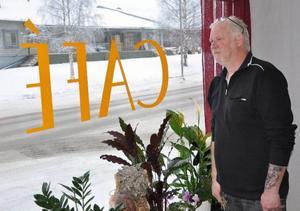 Lennart Larsson, nybliven kaféägare i Bräcke, på spaning efter gäster.Foto: Ingvar Ericsson