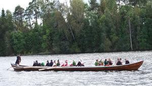Folkdanslaget med spelmän kom i kyrkbåt nedför älven. Vid rodret Slång Hans Lundkvist