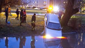 Volvon bärgas efter att ha flutit ett 100-tal meter i Köpingsån på torsdagskvällen.