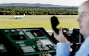 En av Östersundsflygs kärror har just landat på Frösön under Conny Gradins övervakning.