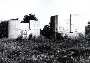 """De båda östra, något överväxta, kanonvärnen i """"Farmors Backe"""" vid Kaserngatan och Kristinaplan."""