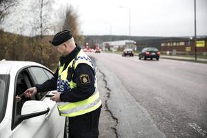 Polisen har en trafikvecka där fokus läggs på nykterheten. Här är det gruppchef Johan Alm som kontrollerar en bilförare.