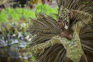 Stadens sambaskolor tävlar om att vara de bästa dansarna.