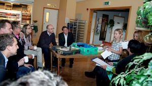 Ombytta roller. Lina Axlund och Evelina Frisk från Norrsundets skola berättade om sitt drömsamhälle för riksdagsmännen