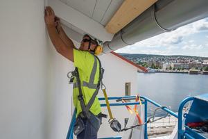 Tommy Lidström, gör det sista arbetet med fasaden.