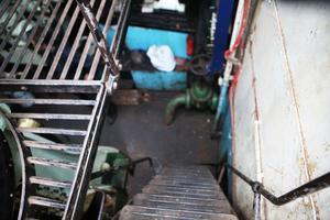 En trappa ner ligger maskinrummet i anslutning till pannrummet.