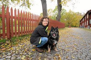 Kompisar. Ankie Hjerpe och hunden Zack är på besök i Örebro för att miljöträna.