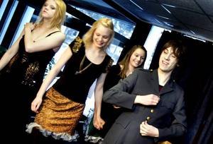 SOLDAT. Soldaten, spelad av Niclas Billner, roar sig med glädjeflickorna, Malin Hedin och Mikaela Hedström. Carmen, Louise Niska, står till vänster och är inte lika entusiastisk över festligheterna.
