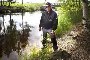 Rolf Frank från Färila fiskevårdsområde berättar om kräftpesten som upptäcktes i Ygssjön och Skarpån.