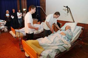 Mattias Nilsson arbetar på ett äldreboende i Hotagen och Micke Eriksson arbetar inom hemtjänsten  i Östersund. De tycker att det är roligt att tävla i omsorg, för att de lär sig så mycket. Annars finns det inte många vidareutbildningar som undersköterska, berättar de.    Foto: Jan Andersson