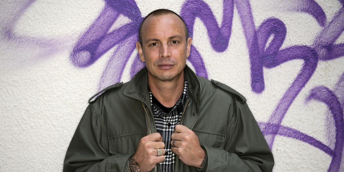 Rapparen Petter sger sitt coachar unga arbetsskande i