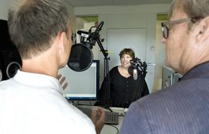 Ove Öst, reporter, Sofie Blombäck, statsvetare och Klas Leffler, reporter, går under