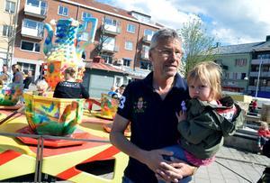 Kumlabon Jan Jonsson och barnbarnet Vendela Sellén Jonsson letade snabbt rätt på karusellen.Foto: Samuel Borg