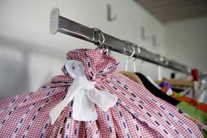 Att använda någon form av kläddskydd ser till att kläderna hålls borta från damm, smuts och solljus. Det går till exempel att göra egna själv av gamla påslakan. Se bara till att knyta upptill runt galgen så det sluter tätt.