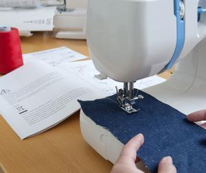 Testfakta har jämfört fem symaskiner i olika prisklasser. Bäst i test blev Husqvarnas Viking Emerald 116.