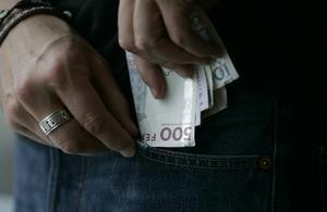 Kvinnan stal pengar direkt från den gemensamma kassan.