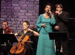 Ulrika Beijer när hon sjunger Elinor Rigby, snyggt ackompanjerad av stråkar.