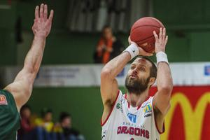 Hlynur Baeringsson fick läge att kvittera med en trea i slutet, men stördes i skottmomentet och Dragons föll på nytt.