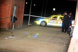 Strax efter klockan 20.30 på söndagen larmades flera polispatruller till Torvalla centrum efter uppgifter om ett knivslagsmål. Två män, en i 20-årsåldern och en i 30-årsåldern, är anhållna misstänkt för försök till mord alternativt dråpförsök.