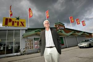Det mörka molnet som tornar upp sig över Konsum Gävleborgs chef Anders Stake växer sig allt kraftigare. Lokala leverantörer överger samarbetet med Konsum i sympati med mjölkbönderna om Konsum gör allvar av sitt beslut att överge det lokala mejeriet.