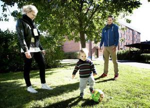 Sara Bergsten och Christoffer Johansson, här med sonen Loke, flyttade från villa till bostadsrätt i januari förra året. Familjen menar att behovet är viktigare än priset, även om det är aspekt man måste väga in.