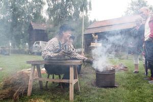 Anna-Karin och Marianne Persson visar hur kråkriskvastar tillverkas.