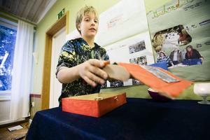 Elfur Lundberg visar Edsele skolas egenhändigt uppfunna