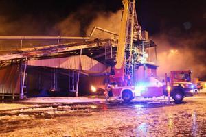 Perra Jönsson, yttre befäl, berättar att brandmännen lyckades hindra branden från att sprida sig till torvlagret bredvid.