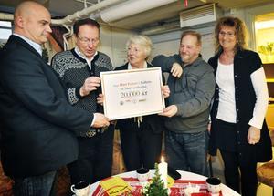 Fin julklapp. P.O Moberg, övermästare i Ohnbacken, Yngve Allard, övermästare i Balder, Kerstin Sjöberg, övermästare i Baldersbrå överlämnade 20 000 kronor till föreningen Nattvandrarna. Det var Tomas Brånedal och Margareta Sundström som tog emot checken.