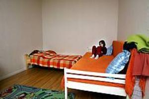 Foto: GUN WIGHTorftigt. I tre år har familjen Numanovic hållt sig gömda i Sverige. Just nu bor dottern Lejla och resten av familjen i en torftigt möblerad etta.