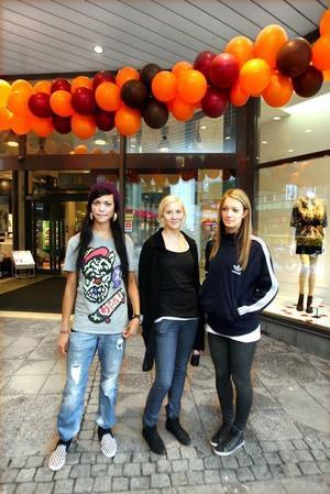 Fick inspiration. Arlene Karlsson, Hanna Larsson och Tova Jidåker tittade på höstens modevisning.