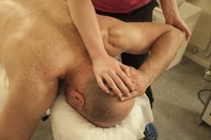 Per- Erik Persson får sin 30 minuter långa massage med mycket stretching.