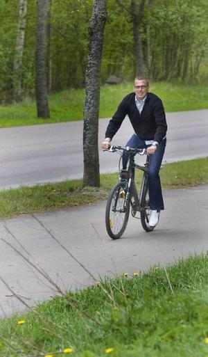 Ute och cyklar. Göran Cronwall är ofta ute i naturen och cyklar, det är ett bra sätt att hålla sig i form, tycker han. Dessutom varvar han cyklingen med tuff träning på gym. Till vardags jobbar han på bank.