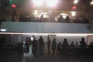 Folket strömmade till innan första spelningen. Gärna för en bit mat på balkongen.