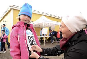 Första loppet. Nummerlapp på plats. För Meja Dahlin är det tävlingspremiär och hon får hjälp av mamma Madelene Netzel.