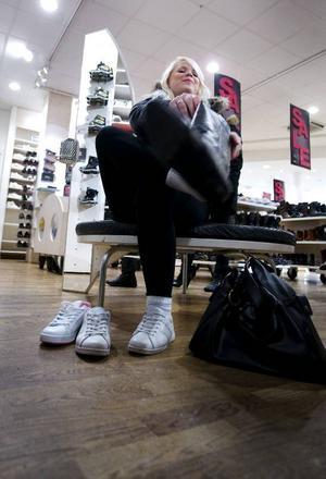 """Marianne Ahlborg ville bland annat hitta nya skor. """"Men jag ska också in och titta i andra affärer efter kläder"""", säger hon.Fredrik Lundgren och Martin Jönsson är på rean för att byta en tröja, men passar även på att leta något fynd på rean. """"När vi ändå är ute tänkte vi titta lite"""", säger Martin Jönsson.Foto: Håkan Luthman"""