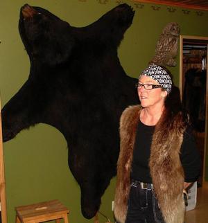 Den svarta björnen på väggen är skinnet av en nalle som Ewa nedlagt i Alaska.
