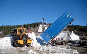 Måndagen den 10 mars i år på Lugnet. Långtradare med snö från Oxberg lossar på Lugnet för att För-VM ska kunna genomföras i helgen. Foto: Mikael Forslund