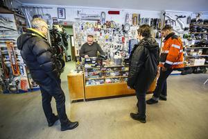 – Vi bor i Oxelösund, säger Markus Sjödin och Mårten Overgård.                   – När vi ändå är i Jämtland och hälsar på pappa Tony Sjödin, måste man göra en avstickare till Mickes Cykel & Motor. Det här är en guldgruva för oss entusiaster.