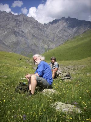 Italo Pilotti tar en paus i det överjordiskt vackra landskapet.