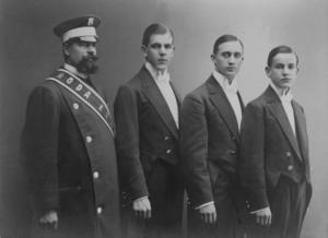 Röda Kvarns vaktmästare anno 1912. Andre man från höger är Gösta Sandin som så småningom blev en av pionjärerna inom svensk ljudfilm.