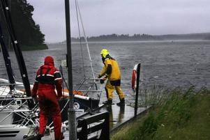 I Gefle Segelsällskaps hamn i Huseliiharen kämpade båtägarna för att inte båtarna skulle slå in i bryggan.