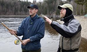 – Stoppa spöet tidigare när du släpper i väg linan, då behåller du kraften framåt och linan sträcker ut, säger Mattias Drugge till Tony Lööf som för första gången prövar att fiska med tvåhands flugspö.