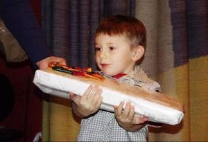Max Hellgren, fem år, fick ta emot ett stort paket i LT:s julkortstävling på Jamtli i lördags.