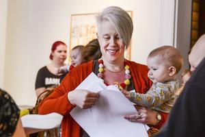 Helena Persson Ovcina kom med idén, här delar hon ut det första sånghäftet till alla deltagare.