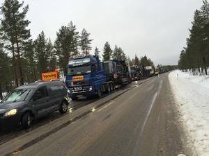 Karavan av lastbilar väntar på sandbilen på riksväg 84 några mil nordväst om Sveg.