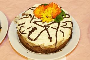 Tårta två med blompynt i höstens färger.