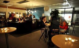 På Kyrktorget mitt i Lifecenters lokaler finns ett café, flera soffor och en scen där de mindre banden ska spela.